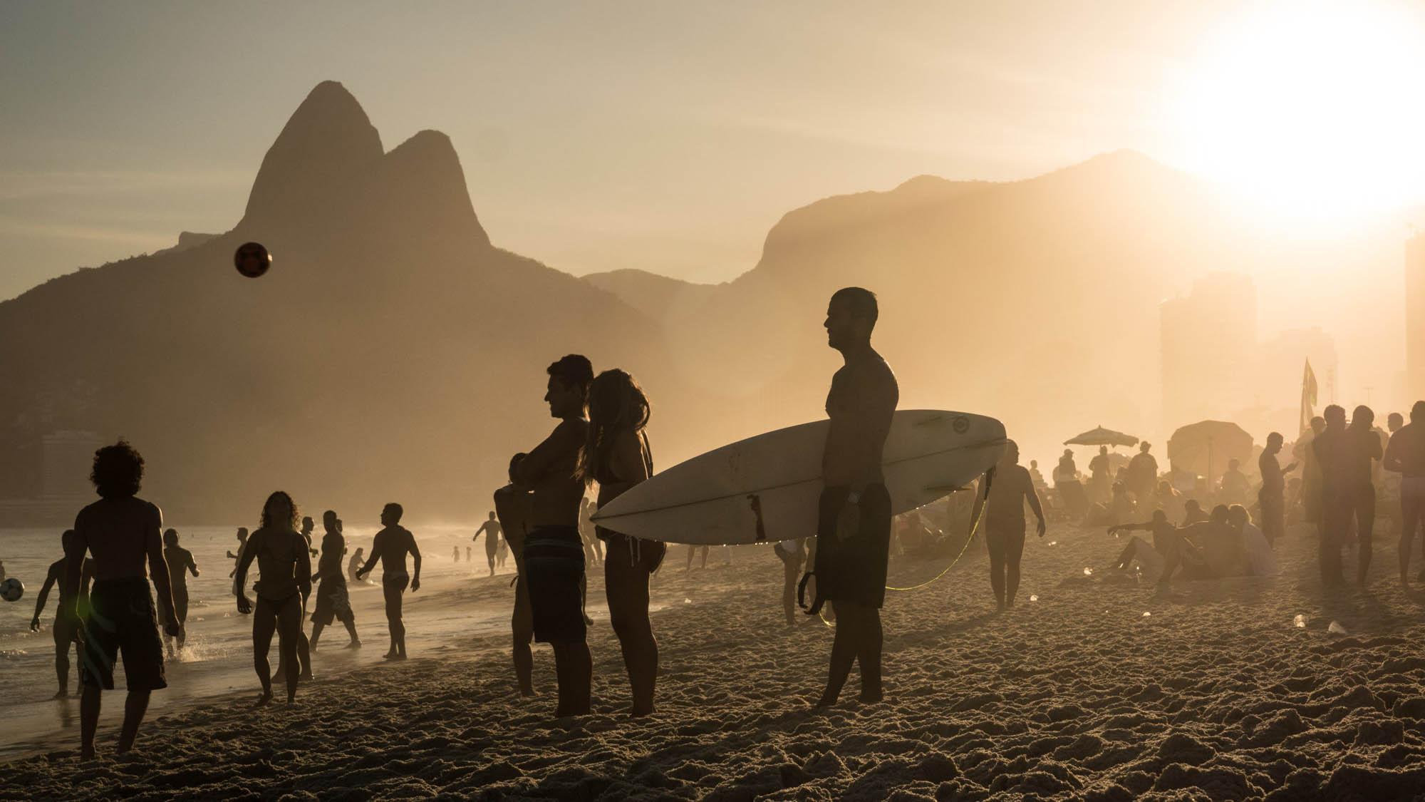 Surfer-sunset-16-9